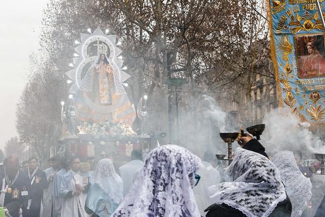 Le donne con il velo (non è solo islamico) disperdono l'incenso lungo il cammino.