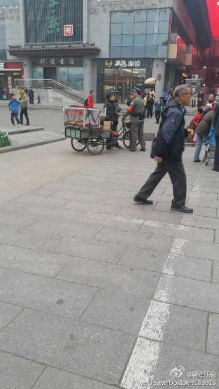 卖糖葫芦的被城管围攻了