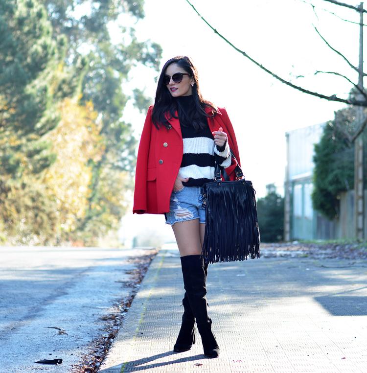 Jersey Zara_Abrigo rojo_shorts denim_botas altas_ootd_07