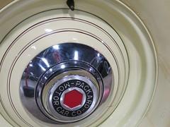 rim(0.0), washing machine(0.0), spoke(0.0), eye(0.0), wheel(1.0), circle(1.0), hubcap(1.0),
