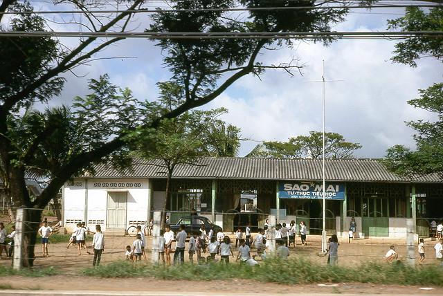 SAIGON 1966 - Trường Tiểu Học Sao Mai cạnh chùa Vĩnh Nghiêm - Photo by Donald MacKinnon