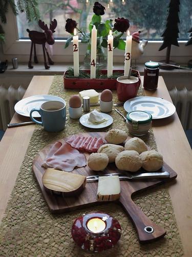 Samstagsfrühstück mit kleinen Brötchen