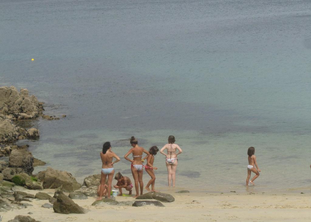 Madres y niñas en la playa