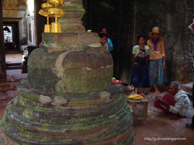 Буддисты молятся в Ангкоре (Пре Кан)