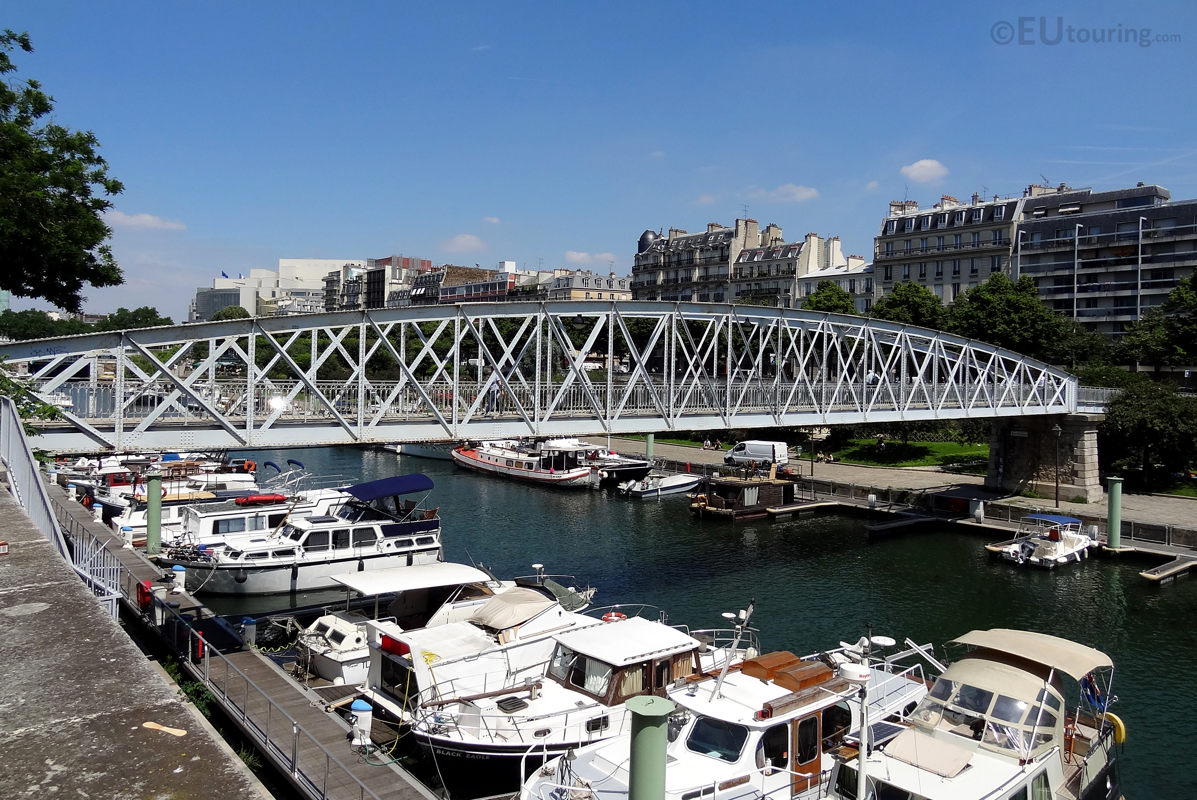 Boats beneath the Passerelle Mornay