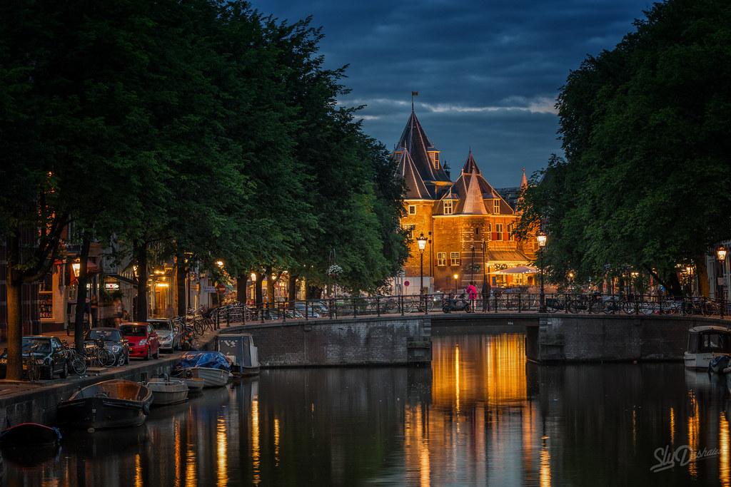 Nieuwmarkt at night