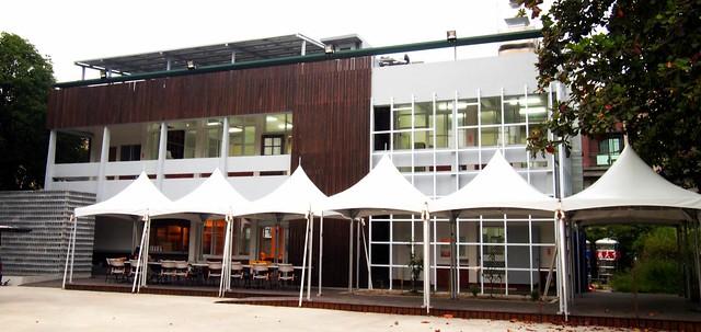 洪輝祥用彩虹餐廳屋頂太陽能發電實踐公民電廠自發自用的理念。攝影:李育琴