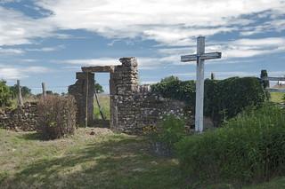 Charrolles, Frankrijk, BourgondIë, Regio Charrollais, Wegkruis met bloemen en ruïne van een toegangspoort
