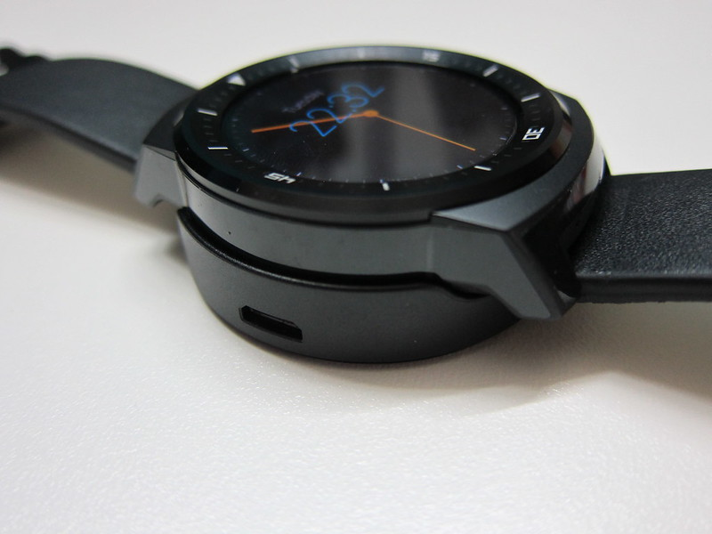 LG G Watch R - On Magnetic Charger