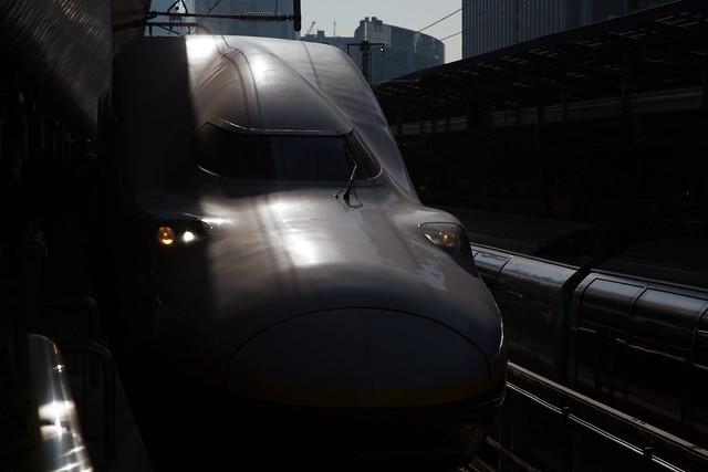 光の中の新幹線