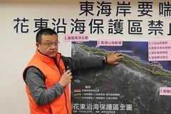 陳昭倫說明東海岸珊瑚礁、藻礁的分佈。(圖片來源:地球公民基金會)