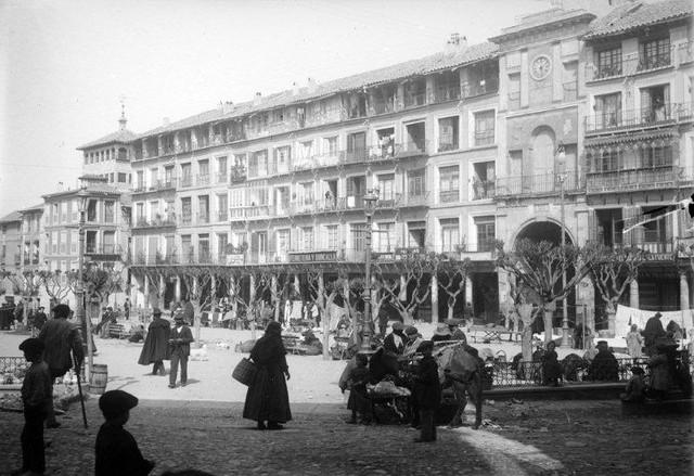 Plaza de Zocodover en 1899. Fotografía de René Ancely © Marc Ancely, signatura ANCELY_1899_2544_2548