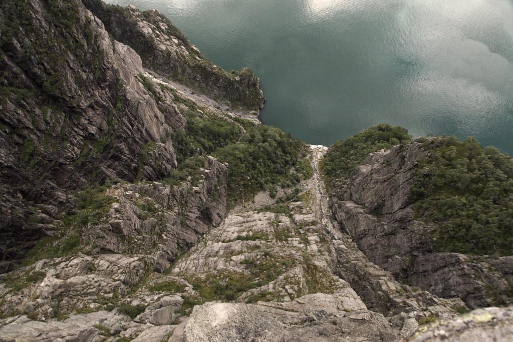 Lysefjorden.  Fra Preikestolen og ned.  Preikestolen eller Prædikestolen er et fjeldplateau, på nordsiden af Lysefjorden i Forsand kommune, Ryfylke. Det er et kendt turistmål i regionen. Plateauet er nærmest fladt, ca 25x25m og rager 604 moh.   I gammel tid havde plateauet navnet Hyvlatånnå (høvletanden). Over 270.000 mennesker tager turen ud til Preikestolen hvert år. Der er god udsigt over Lysefjorden og højderne rundt om plateauet.  Det var formentlig en frostsprængning for 10.000 år siden som dannede Preikestolen. Kanten af isbræen lå da lige ovenfor fjeldet. Preikestolen har en flere meter dyb sprække tværs over plateauet som formentlig også er et resultat af frostsprængninger. Geologer har konkluderet at Preikestolen er tryg selv om mange ubegrundet tror at fjeldplateauet vil falde ned når de ser sprækken.  Adgang sker via en gangsti fra parkeringspladsen ved Preikestolhytten. I fugleflugt er der 3,8 km, men med en højdeforskel på 330 m og ujævnt terræn kan turen godt tage flere timer.  Vandreturen er på ca. 6 Km og tager ca. 4 timer tur/retur.  Preikestolen blev besteget af klatrere for første gang i juni 2016.