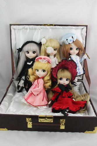 Rozen Maiden case with dolls