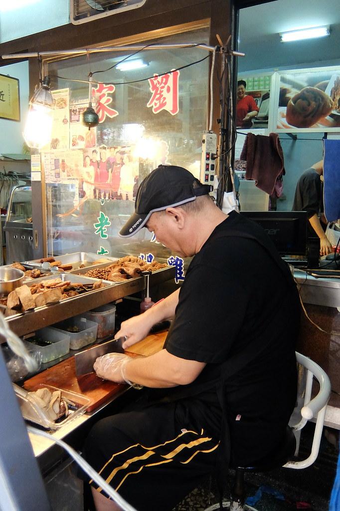 前方是滷味的地方,門口內則是點燒雞...戴帽子的是老闆,正努力消化我們點的滷味...
