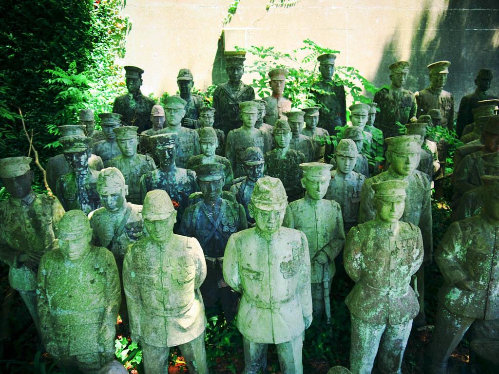 兵隊の像が並ぶ様は圧倒される