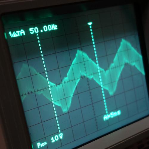 Oscilloscope_Old Network Switch On_Subwoofer On_F50_Pin6_1 オシロスコープの画面を撮影した写真。ノイズ波形が表示されている。