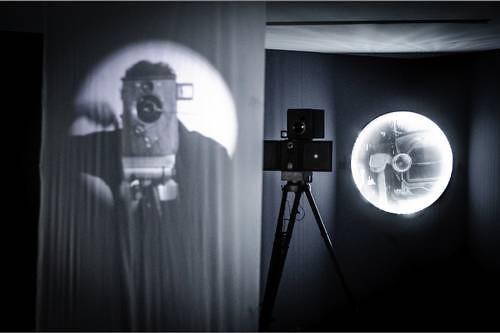 Imagen de la instalación Caja negra (persistencia del cambio), pieza que integra la exposición