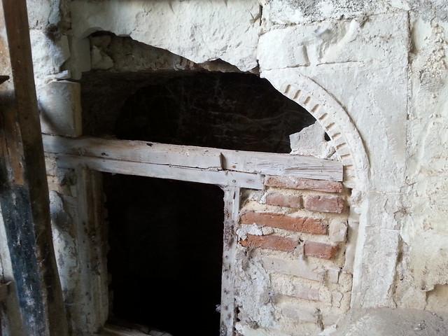 Casa del siglo XVI del Cigarral El Bosque. Hornacina para un aljibe con decoración epigráfica latina