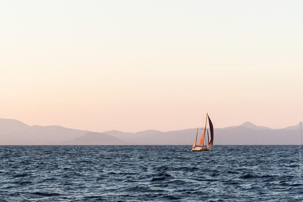 Парусная лодка во время заката на Ибице