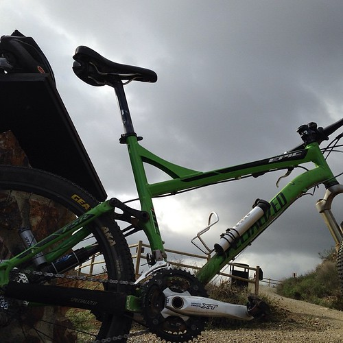 Green bike, grey cloud. Nine miles in, now to beat the rain home. With @rossmanges