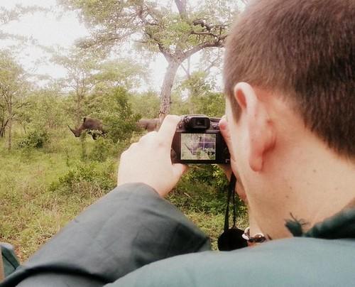 Sele fotografiando un rinoceronte en el Parque Kruger de Sudáfrica
