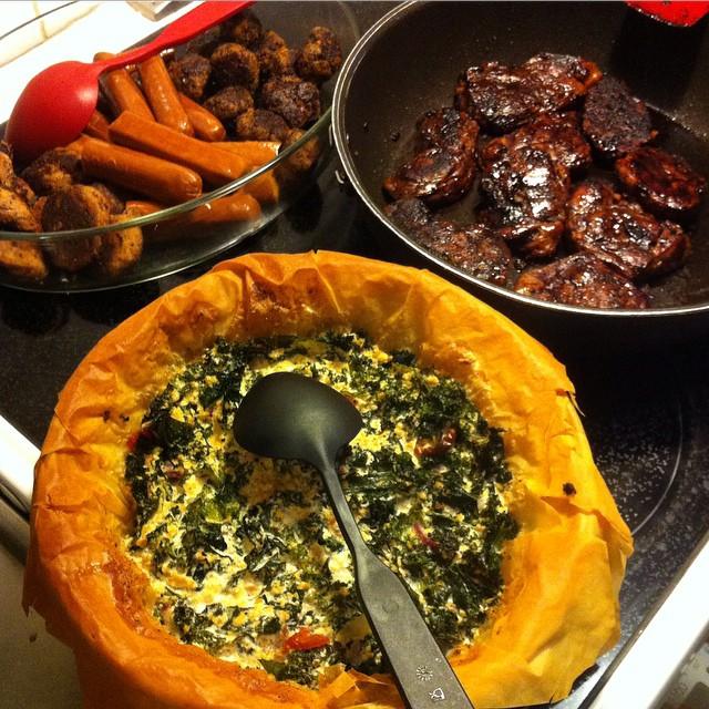 Svamp-och valnötsbullar, två sorters korv, seitanbullar, seitanspjäll samt grönkåls- och tofupaj. #vadveganeräter