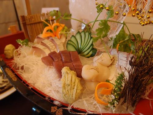 生魚片來自友善漁法,中間肉較深的為紅魽,可替代黑鮪;芥末是阿里山新鮮山葵