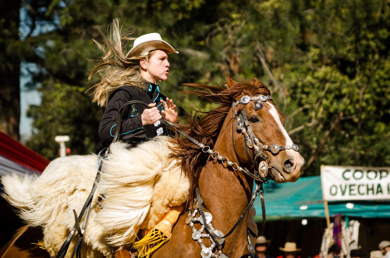 Una amazona muestra al público su destreza a caballo en la fiesta del Ovecha Rague realizado el pasado 12 de junio en la ciudad de San Miguel, departamento de Misiones. (Elton Núñez)