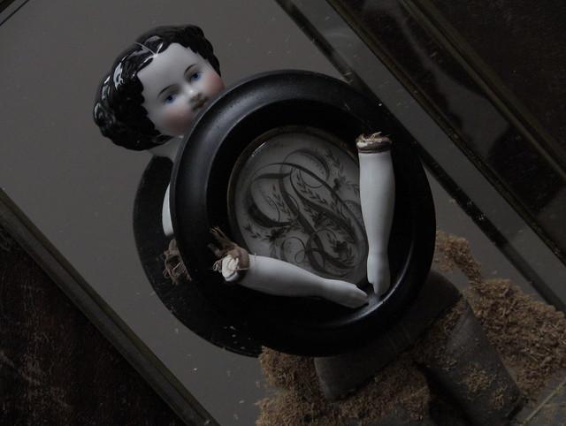 LEAF_china doll (Hertwig ? Kister ?)_1870. Un reliquaire de cheveux daté le 28 Mai, 1872.
