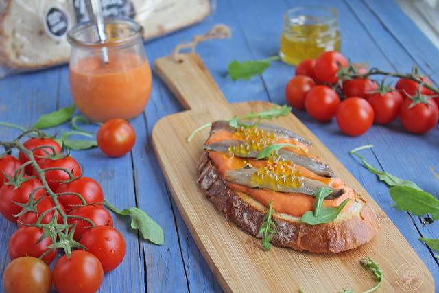 Tostas Salmorejo, sardinas marinadas y caviar de aove www.cocinandoentreolivos.com (10)