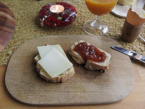 Manchego-Käse und Pflaumen-Marmelade auf noch warmem Weißbrot