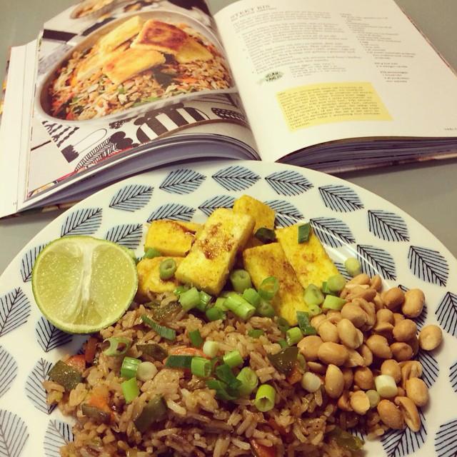 Mums! Stekt ris med spetskål, morötter och krispig currytofu. #vadveganeräter