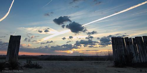 wood sky españa clouds sunrise fence dawn spain madera alba amanecer cielo aurora nubes laguna dawning contrails vaportrails daybreak condensationtrails valla albacete railroadties traviesas firstlights vallado pétrola estelasdecondensación recesvintus estelasdevapor