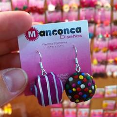 Zarcillos Candy Crush! Disponibles en combinaciones de trufa de colores+cualquier caramelo de color.   Piezas hechas a mano con arcilla polimerica. Para información de costos y pedidos, escríbenos a manconcadisenos@gmail.com  #PolymerClay #Clay #ArcillaPo
