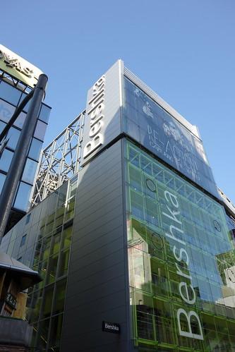 "Shibuya_17 渋谷のビルディングを撮影した写真。 ""Bershka"" である。 全面はガラス張りで蛍光黄緑色。"