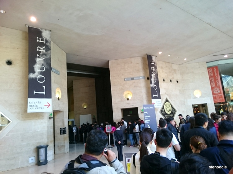 line-up at the Louvre entrance