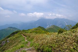 向かう小烏帽子、笠ヶ岳と白毛門・・・谷川岳の雲もなくなってきた