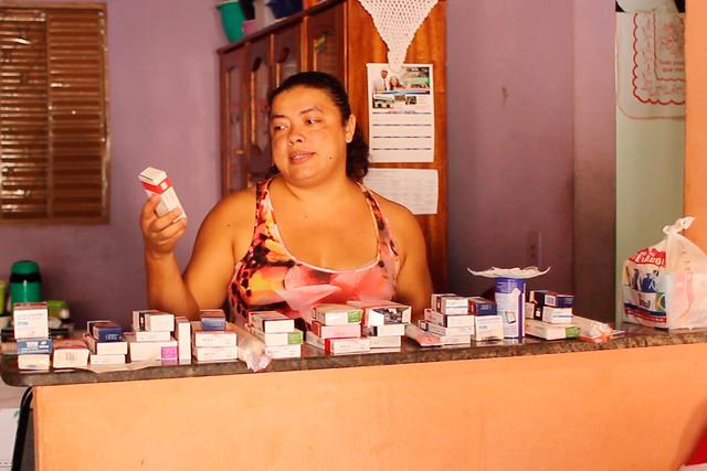 """""""A Vale me abandonou. Tudo que eu tenho eu consegui na justiça. Os R$ 3 mil que gasto com medicação por mês vem da ajuda da minha família e do meu marido. Tomo um coquetel de remédios de seis em seis horas que inclui andidepressivos. Foi isso que ganhei em trabalhar na maior mineradora do mundo"""" - Créditos: Marcelo Cruz"""