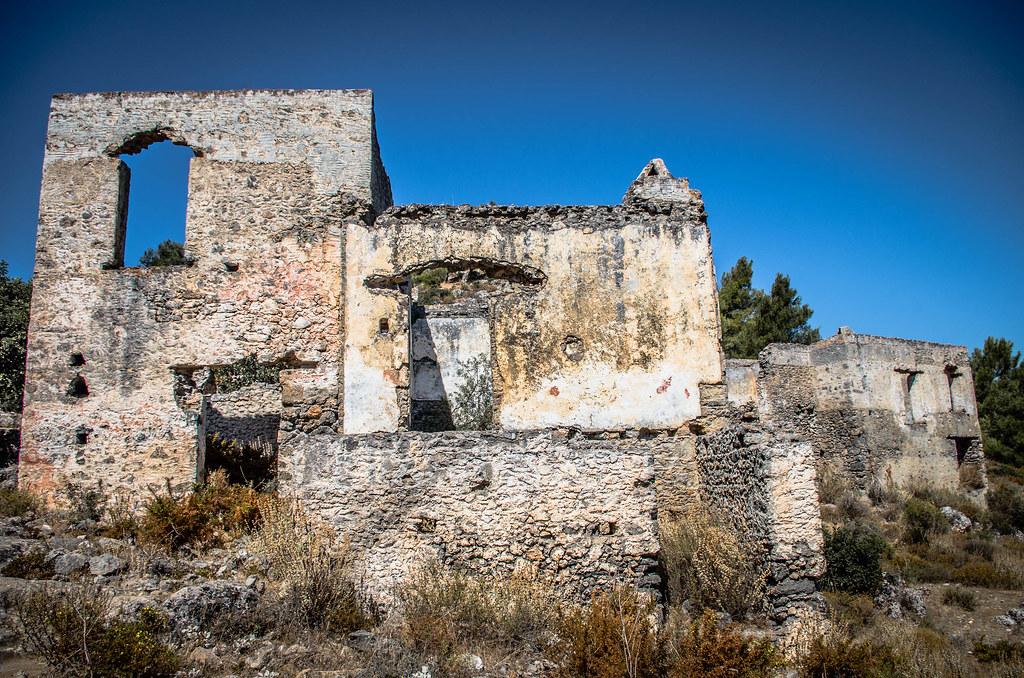 Village : Porte Fenêtre et Mur de Pierre