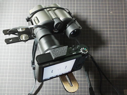camera-binoculars bracket_4 自作ブラケットに双眼鏡とコンパクト ディジタル カメラが取り付けられている状態の写真。