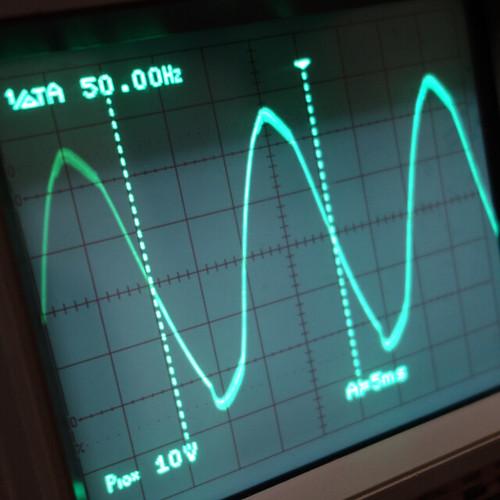 Oscilloscope_Old Network Switch Off_Subwoofer Off_F50_Pin5_1 オシロスコープの画面を撮影した写真。ノイズ波形が表示されている。