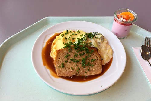 Meat loaf with cream savoy & mashed potatoes / Hackbraten mit Rahmwirsing & Kartoffelpüree