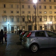 Sosta in zona pedonale davanti Palazzo Chigi #rome L'esempio che danno le istituzioni...