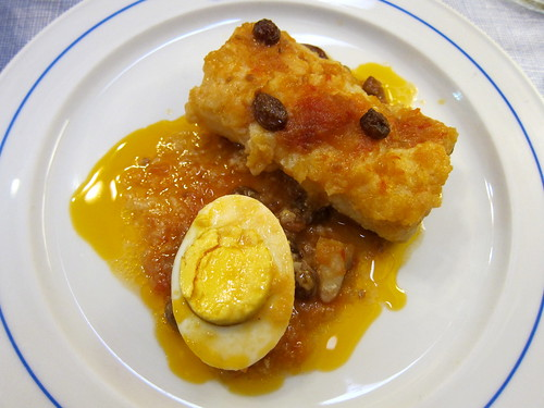 Bacallà amb salsa de tomàquet natural i panses