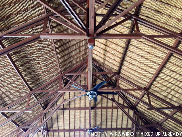 Indonesia - Bali - Nusa Lembongan Island - Lembongan Beach Club & Resort - Mola-mola Kitchen & Bar - The high ceiling and the tatched roof