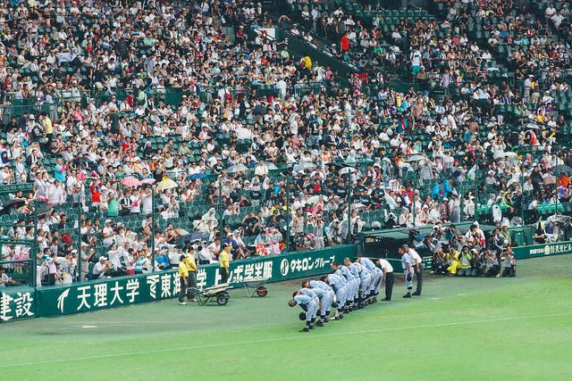 東海大相模的球員向應援區鞠躬致謝
