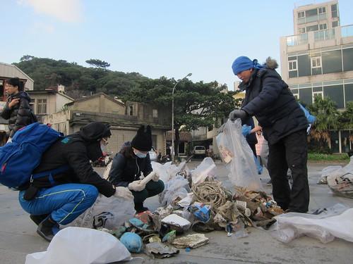 志工們面對著各類廢棄物,分辨著究竟是否可以回收