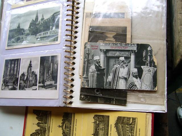 Cartes postales anciennes sur le marché aux puces