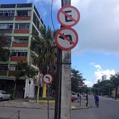 Dobrar ou não dobrar à esquerda, eis a questão #sinalizaçãomaluca #trânsito